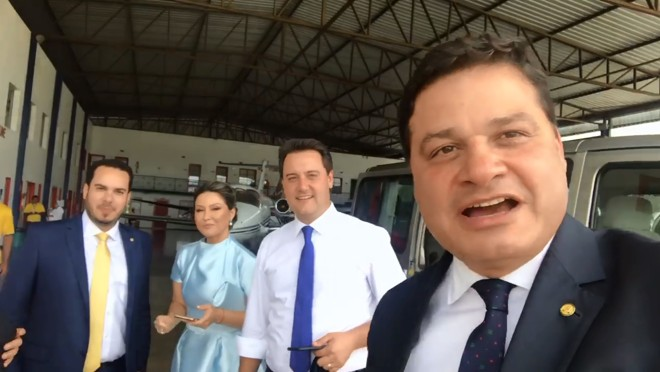 Vídeo no Facebook do deputado federal Sandro Alex (PSD)- em primeiro plano à direita - mostra a chegada do governador Ratinho Jr. para a posse de Bolsonaro. | Reprodução/Facebook