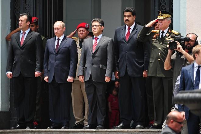 Presidente da Rússia, Vladimir Putin (segundo da esquerda para a direita) em visita à Caracas em 2010, quando Nicolás Maduro (quarto da esquerda para a direita) ainda era ministro das Relações Exteriores | MIGUEL GUTIERREZ/AFP