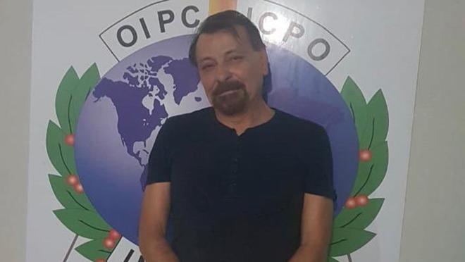 Battisti logo após a prisão na Bolívia. | Reprodução/Twitter/Polizia di Stato