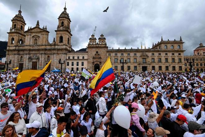 Colombianos se reiniram na praça Bolívar, em Bogotá, para protestar contra o terrorismo, em repúdio ao recente atentado a bomba  que deixou 20 mortos | JUAN BARRETO/AFP