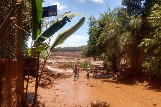 Uma grande quantidade de lama atingiu casas da comunidade de Vila Ferteco e parte da área administrativa da  Vale após as barragens de feijão se romperem, em Brumadinho (MG). | Corpo de Bombeiros/ Divulgação