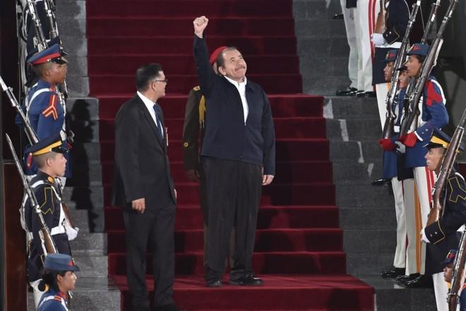 Ditador da Nicarágua, Daniel Ortega, chegando na posse do ditador da Venezuela, Nicolás Maduro | YURI CORTEZ/AFP