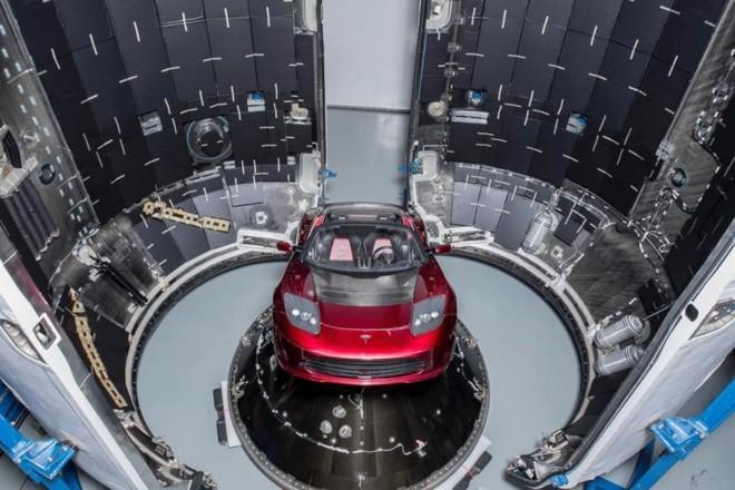 Na foto, o Tesla Roadster, primeiro carro enviado ao espaço por um foguete da SpaceX, outra empresa de Musk, em fevereiro de 2018. | Divulgação SpaceX