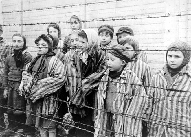 Crianças em um campo de concentração na Alemanha, libertadas em janeiro de 1945 | Wikimedia Commons/Reprodução