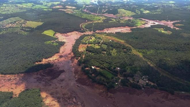Imagem aérea do Corpo de Bombeiros mostra a dimensão do incidente: rejeitos da barragem que se rompeu atingiram o rio Paraopeba, que deságua no rio São Francisco. | AFP