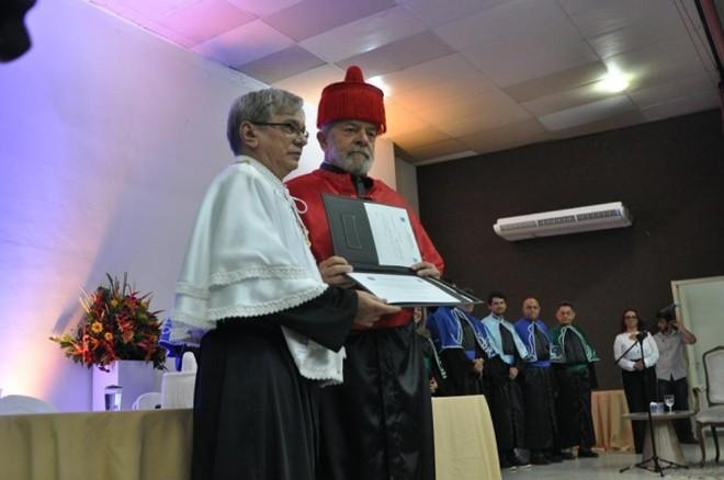 Lula recebendo o título de doutorhonoris causa na Universidade Federal do Piauí, em setembro de 2017, das mãos do atual reitor, José Arimatéia Dantas Lopes | Divulgação/UFPI