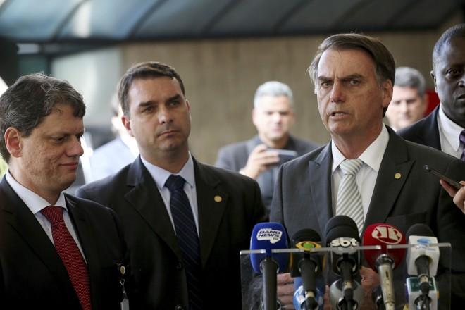 Flávio Bolsonaro (ao centro) recebeu depósitos suspeitos, segundo o Coaf | Wilson Dias/Agência Brasil