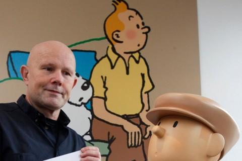 O diretor artístico belga Michel Bareau mostra o logotipo do novo museu Tintin antes de uma coletiva de imprensa em Bruxelas, 14 de janeiro de 2009. | FLR/JGFRANCOIS LENOIR