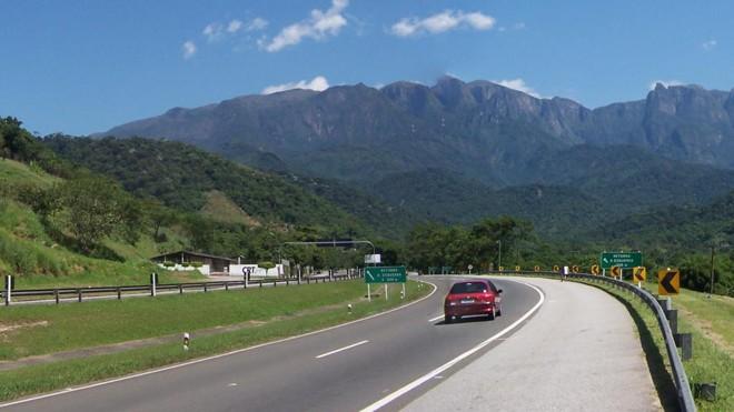 A rodovia Rio-Petrópolis é uma das que podem estrear o novo modelo estudado pelo governo Bolsonaro. | Valtair Gomes/CreativeCommons/Wikipedia