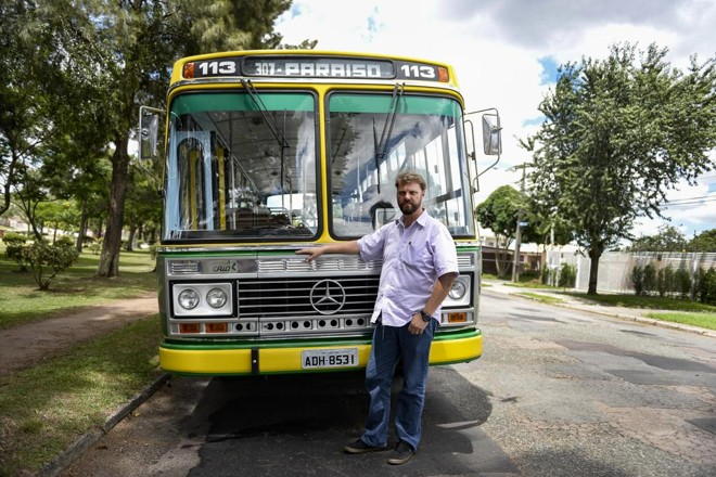 Eduardo Tows levou quatro anos para restaurar o ônibus modelo Gabriela, que era um sonho de infância dele.   Nay Klym/Gazeta do Povo