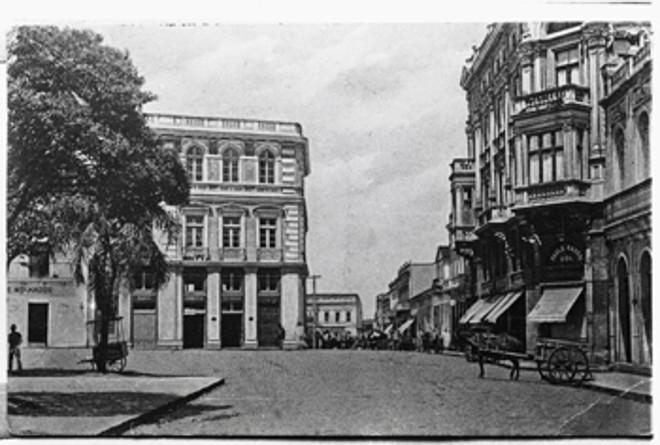Praça Tiradentes em 1919. À direita, Edifício Paulo Hauer . Ao fundo, o Paço Municipal | Acervo da Casa da Memória