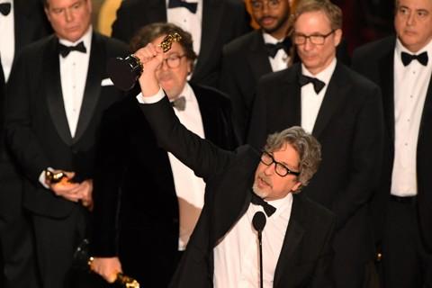 Peter Farrelly,produtor e diretor de 'Green Book', vencedor do Oscar de Melhor Filme, recebe o prêmio com toda a equipe no palco durante o 91º Prêmio Anual da Academia no Dolby Theater em Hollywood, Califórnia, em 24 de fevereiro de 2019. | VALERIE MACON/AFP