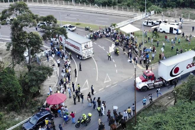 Vista aérea de caminhões de ajuda humanitária para a Venezuela na Ponte Tienditas, na fronteira entre Cúcuta, na Colômbia e Tachira, na Venezuela, depois que forças militares venezuelanas bloquearam a ponte com contêineres, 7 de fevereiro | EDINSON ESTUPINAN /AFP