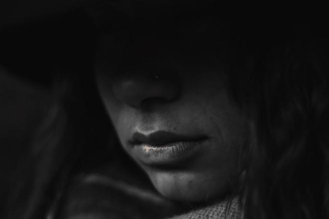 Deborah foi sexualmente abusada aos dois anos de idade por seu pai, de quem sua mãe mais tarde se separou. Nos anos seguintes, seu irmão mais velho abusou física e verbalmente dela | Pixabay