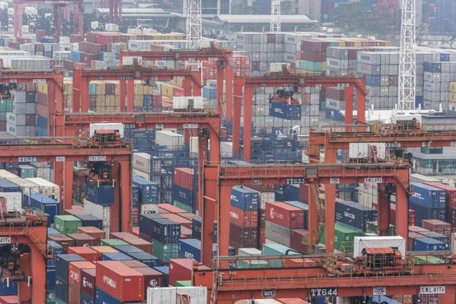 Movimento de contêineres em porto chinês   Anthony Kwan/ Bloomberg