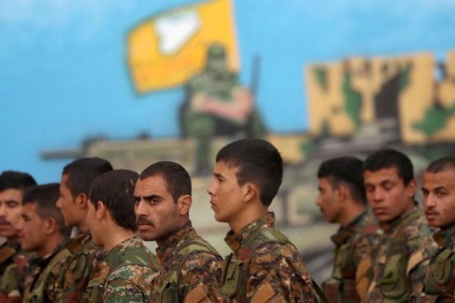 Combatentes árabes da coalizão curda-árabe apoiada pelos EUA das Forças Democráticas da Síria em treinamento, 17 de fevereiro. Jihadistas defendem o último trecho sob controle do Estado Islâmico | DELIL SOULEIMAN /AFP
