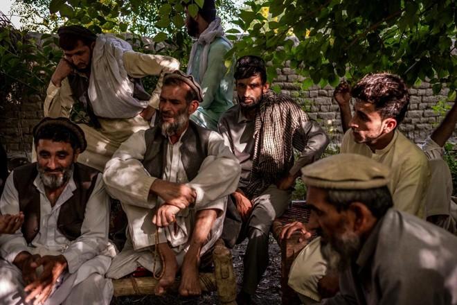 Homens do distrito de Bati Kot de Nangarhar, Afeganistão se reúnem para as últimas homenagens a quatro membros de uma família que foram mortos por uma equipe afegã apoiada pela CIA | JIM HUYLEBROEK /NYT