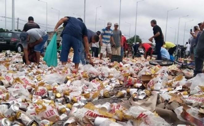 Tumulto na rodovia João Lepoldo Jacomel, depois que carga de cerveja caiu de caminhão | Gerson Klaina/Tribuna do Paraná