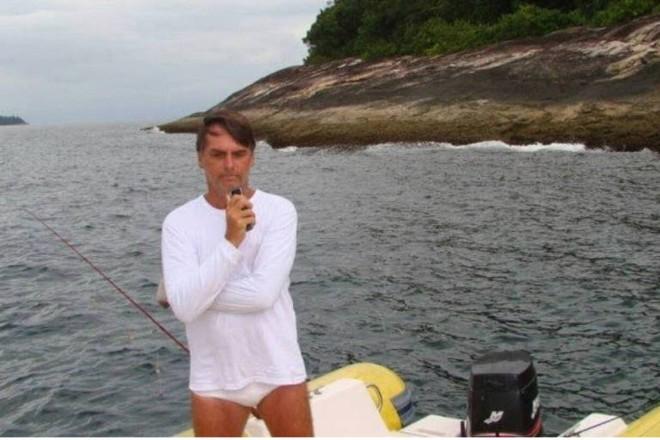 Flagrante feito por agente ambiental durante autuação de Jair Bolsonaro por pescar dentro da estação ecológica de Tamoios, região de Angra dos Reis (RJ). | Divulgação