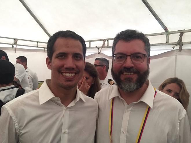 Ernesto Araújo com o presidente interino da Venezuela Juan Guaidó, em foto de 22 de fevereiro, em Cúcuta, Colômbia. | Divulgação/Twitter
