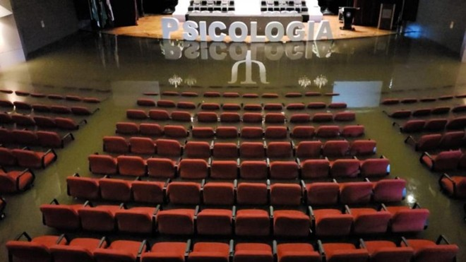 Formandos encontraram auditório alagado na hora em que iam ensaiar | Colaboração/