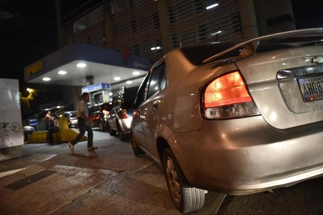 Clientes esperam na fila para abastecer veículos em um posto de gasolina em Caracas, na Venezuela | Carlos Becerra/Bloomberg
