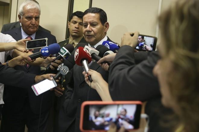 Mourão cercado de jornalistas: declarações do vice-presidente têm incomodado o governo e aliados. | Valter Campanato/Agência Brasil