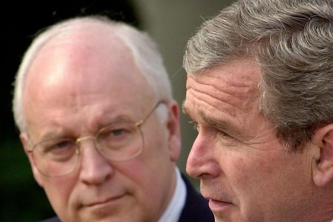 O então presidente dos EUA, George W. Bush, é observado pelo vice, Dick Cheney (9 de março de 2002). | MT/ME/MIKE THEILER