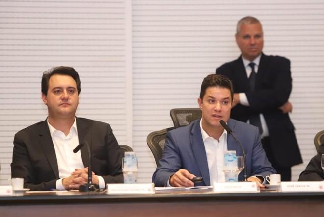 Governador ao lado do secretário Guto Silva.   Rodrigo Félix Leal / ANPr/