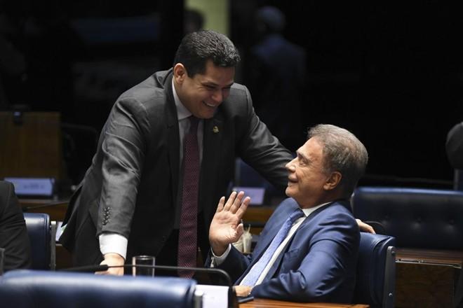 O presidente do Senado, senador Davi Alcolumbre (DEM-AP), com o senador Alvaro Dias (Pode-PR). | Jefferson Rudy/  Agência Senado