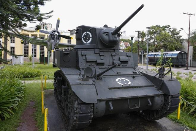 Tanque M3 Stuart e avião P-47 Thunderbolt estão entre as principais peças do Museu do Expedicionário. | Cassiano Rosario/Gazeta do Povo