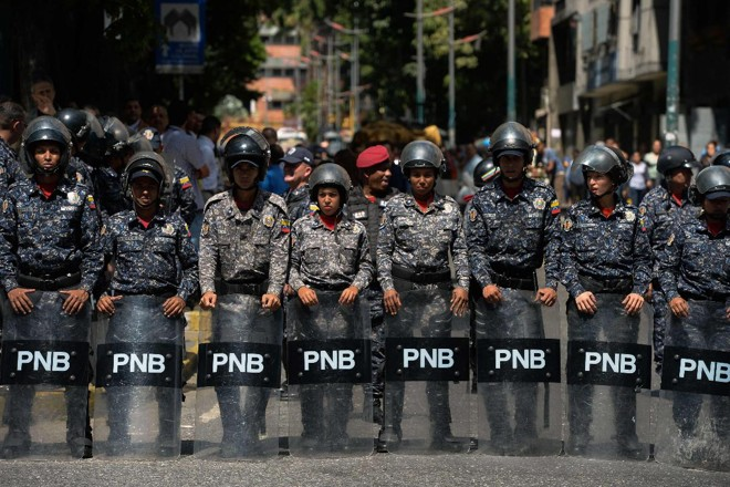 Membros da Polícia Nacional Bolivariana (PNB) vigiam a região do Hospital Infantil Dr. JM de los Rios em Caracas | FEDERICO PARRA/AFP
