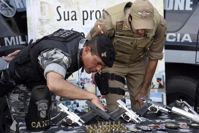 Policial de Santa Catarina, à direita, em ação conjunta com a Polícia Civil do Paraná. | Albari Rosa/Gazeta do Povo