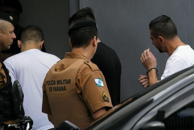 À direita, Edison Brittes Jr, assassino confesso de Daniel, chega para audiência no Fórum de São José dos Pinhais. | Jonathan Campos / Gazeta do Povo/