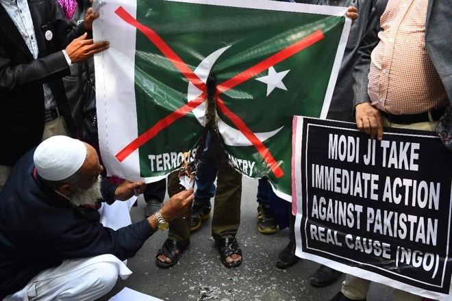 Manifestantes indianos queimam uma bandeira do Paquistão durante protesto em Nova Déli em 17 de febereiro | SAJJAD HUSSAIN /AFP