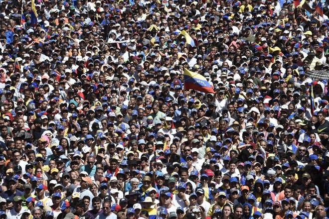 Apoiadores do presidente interino da Venezuela Juan Guaidó durante manifestação para pressionar as Forças Armadas a permitir a entrada de ajuda humanitária no país, Caracas, 12 de fevereiro | FEDERICO PARRA /AFP