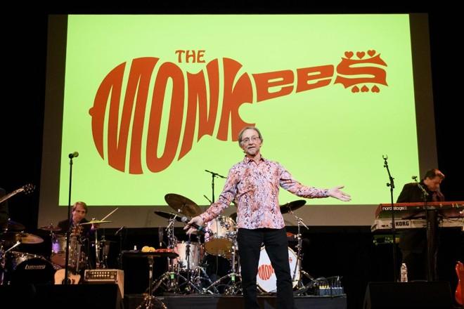Nesta foto de arquivo registrada em 1 de junho de 2016, o músico Peter Tork, do Monkees, se apresenta em Nova York. | MATTHEW EISMAN/AFP