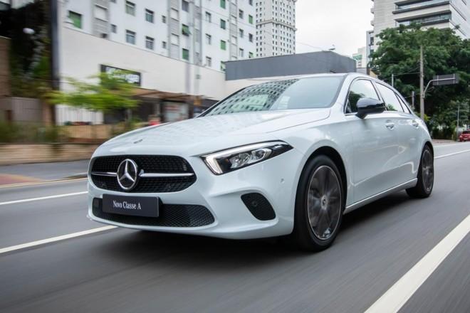 A nova geração do Classe A exibe uma frente redesenhada, apelidada pela marca de 'cara de tubarão'. | Estúdio Malagrine / Mercedes-Benz