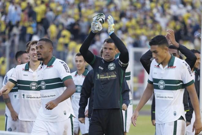 Após defender dois pênaltis e converter um, goleiro Wilson comemora a classificação à final do primeiro turno do Paranaense. | Paulo Lisboa/Gazeta do Povo