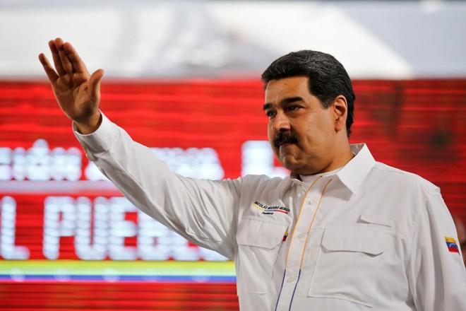 Foto divulgada pela presidência venezuelana mostrando o ditador Nicolas Maduro acenando enquanto ele chega para um programa de televisão, em Caracas, em 20 de fevereiro de 2019. | MARCELO GARCIA/AFP
