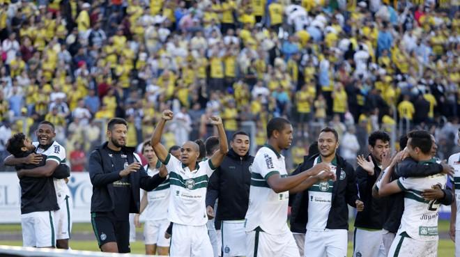 Jogadores do Coritiba comemoram vaga na final. | Paulo Lisboa/Gazeta do Povo