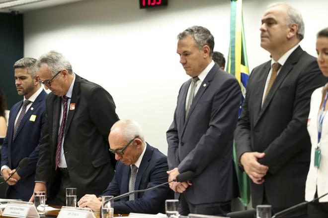 Presidente da Vale, Fábio Schvartsman, sentado em homenagem aos mortos de Brumadinho enquanto todos os demais se levantaram. | Marcelo Camargo/Agência Brasil