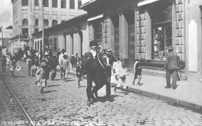 Pedestres na Rua XV em 1919 | Acervo da Casa da Memória