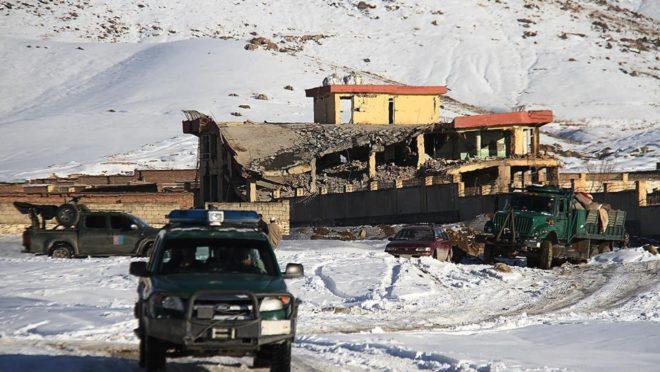 Veículo militar afegão próximo da base militar onde um atentado a bomba do Taleban deixou vários mortos e feridos, em janeiro, na província de Wardak, Afeganistão. Foto: STR /AFP
