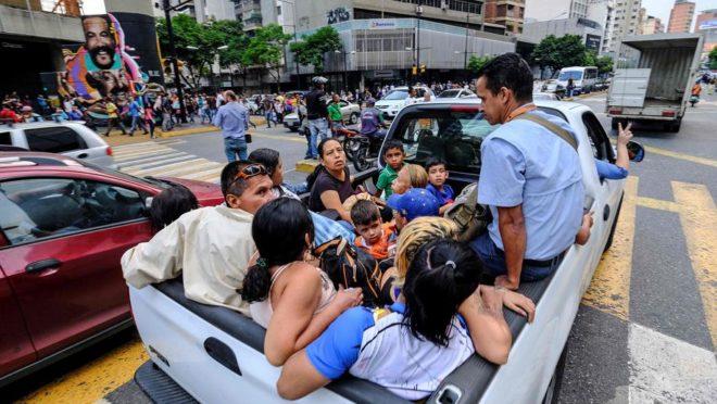 Pessoas viajam em uma picape durante apagão em Caracas que interrompeu o serviço de metrô. Foto: Matias Delacroix / AFP