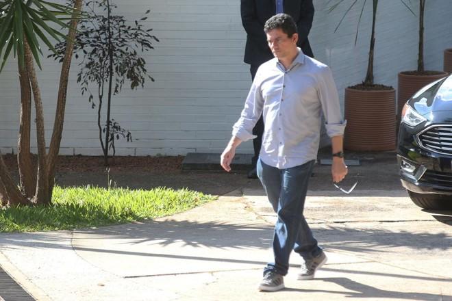 O ministro da Justiça, Sergio Moro, deixa a casa do presidente da Câmara, Rodrigo Maia, no domingo (17), após churrasco oferecido pelo deputado do DEM. | Antonio Cruz/Agência Brasil