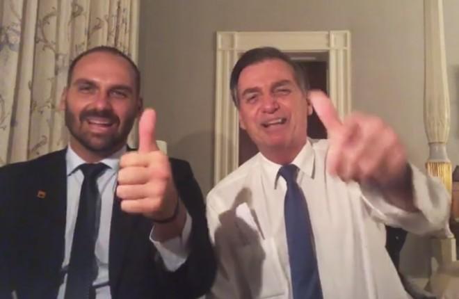 O deputado Eduardo Bolsonaro e o presidente Jair Bolsonaro em live no Facebook, transmitida da Blair House, local onde os Estados Unidos recebem chefes de estado. | Reprodução Facebook/