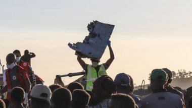 Homem carrega um pedaço de destroços da aeronave da Ethiopian Airlines, a sudeste de Addis Ababa, Etiópia, em 10 de março de 2019 | Foto: Michael TEWELDE/AFP