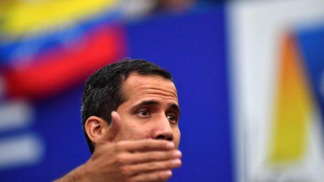 O presidente interino da Venezuela, Juan Guaidó, fala durante protestos em Caracas, 12 de março. Foto: Yuri Cortez / AFP