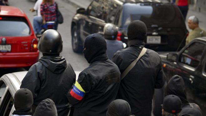 Membros de um colectivo participam de uma manifestação em Caracas, 7 de janeiro. Foto: Yuri cortez / AFP